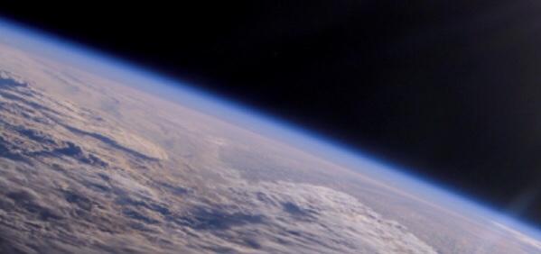 Det tunna blå bandet, Jordens atmosfär sedd från rymden.